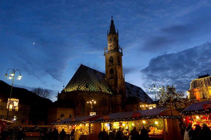 Mercatini di bolzano notturna chiesa