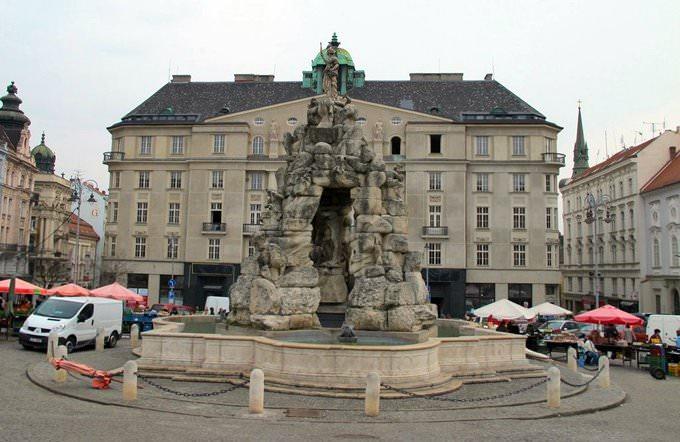 Fuente barroca de Parnas - Mercado de verduras en Brno