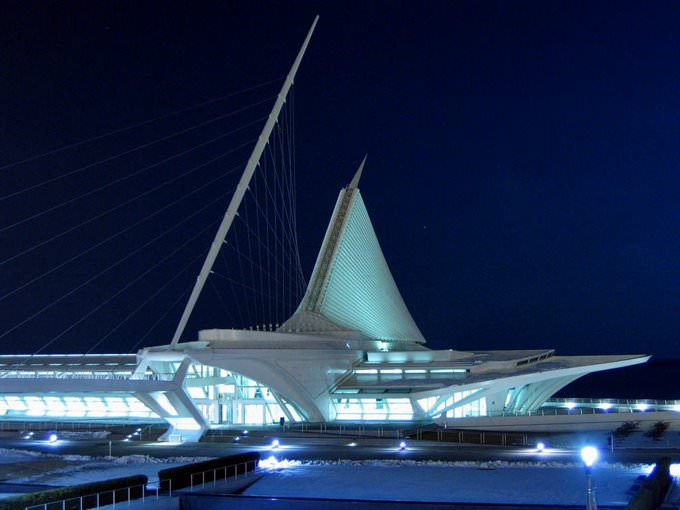 Milwaukee Art Museum, at night