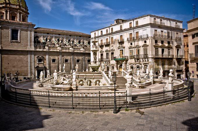 Palermo, piazza Pretoria, e fontana della Vergogna