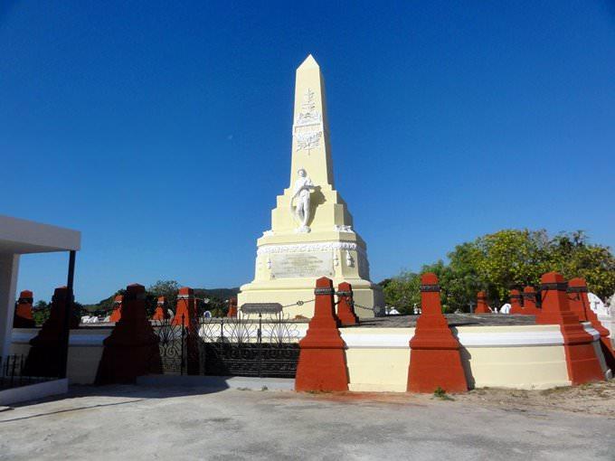 Mausoleo y Monumento a los Bomberos de El Polvorin, en el Cementerio Civil, Barrio Portugues Urbano, Ponce, Puerto Rico